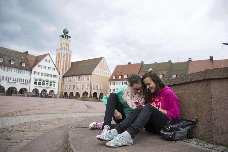 Jugendliche Mädchen auf dem Marktplatz