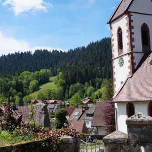 Kirche mit Blick über Reinerzau