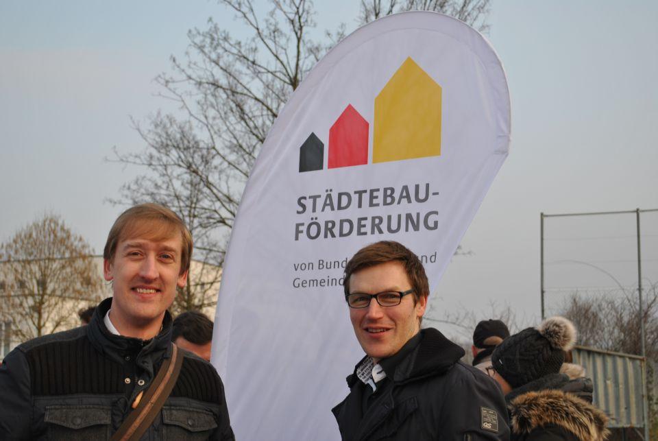 Quartiersmanager vor Städtebau-Fahne