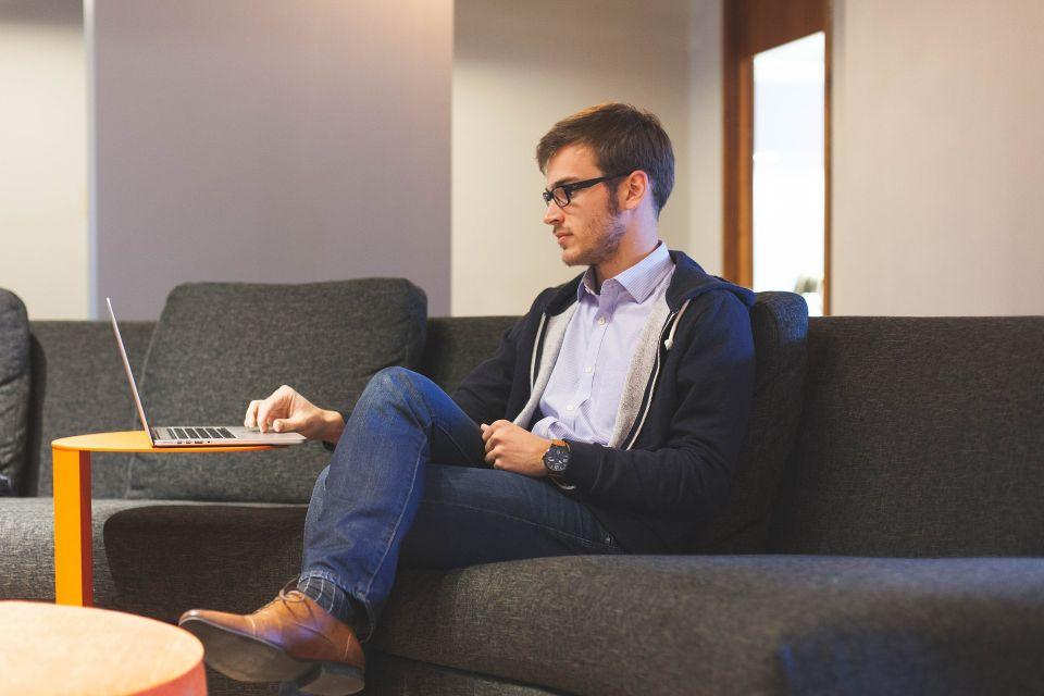 Junger Mann vorm Rechner