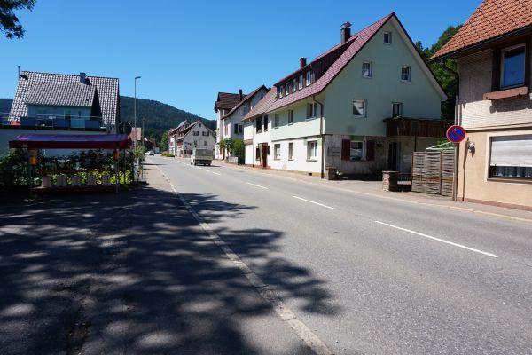 Leere Straße mit Gebäude