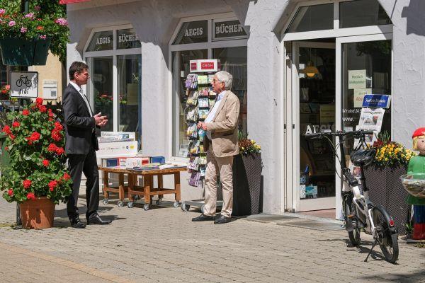 Klaus Kaufmann spricht mit einem Händler